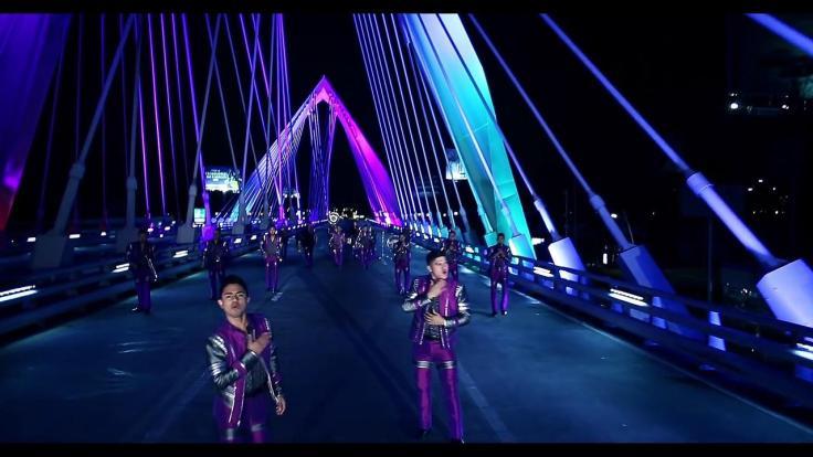 carnaval on bridge